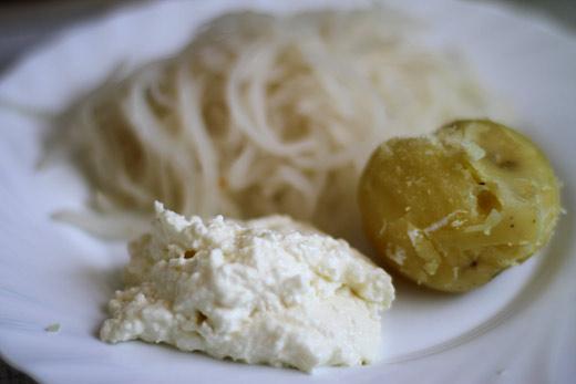 krompir s skuto in kuhano kislo repo